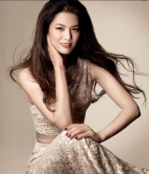 原创她被称中国第一美女,遭老公出轨,44岁带女儿隐居山林种田为乐