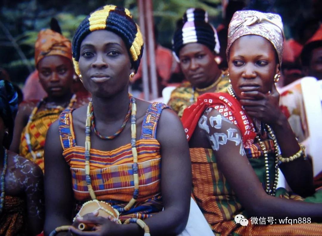 原创非洲有个国家,南濒大西洋,那里女性的命运由一只鸡决定