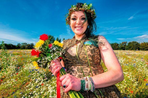 原创英国一女子为阻止当地修路,与树结婚并改名,男友帮忙筹备婚礼