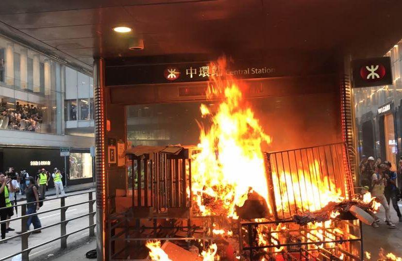 中环站出事!港铁回应员工被纵火暴徒击伤:绝不容忍!