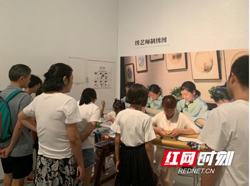 指绣千态针融百家湘绣文化历史公益展深圳开展
