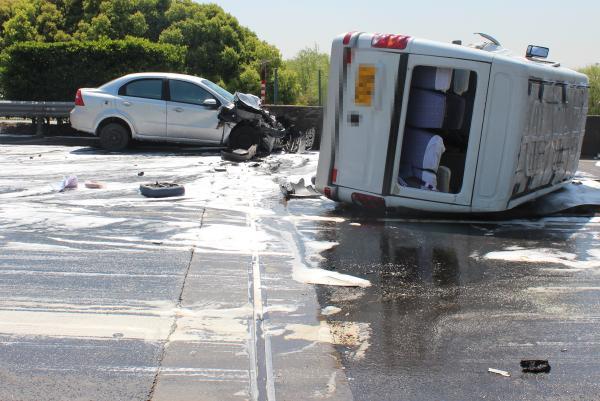 客车高速上斗气别车致翻车9人受伤,司机涉危害公共安全被诉