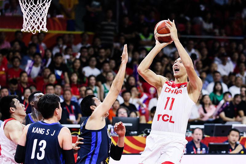 2分4板+2分2板!中国男篮输球最大水货是他俩,姚明罕见暴怒,气得直跺脚!