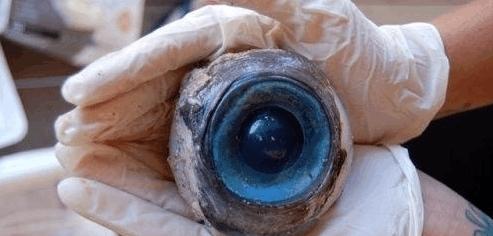 """潜水员海里发现神秘""""蓝色眼球"""",查清真相后捏了一把汗"""