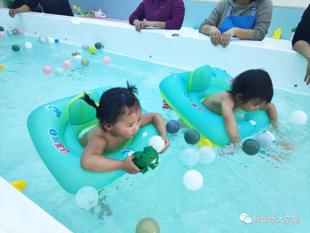 婴儿游泳不仅对孩子好,还能让家长带娃更轻松!