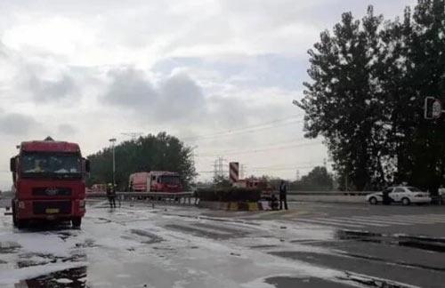 今早常州两车追尾致危化品车辆发生泄漏