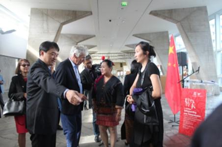海南黎锦技艺代表团部分成员与法兰西学院院士友好交流
