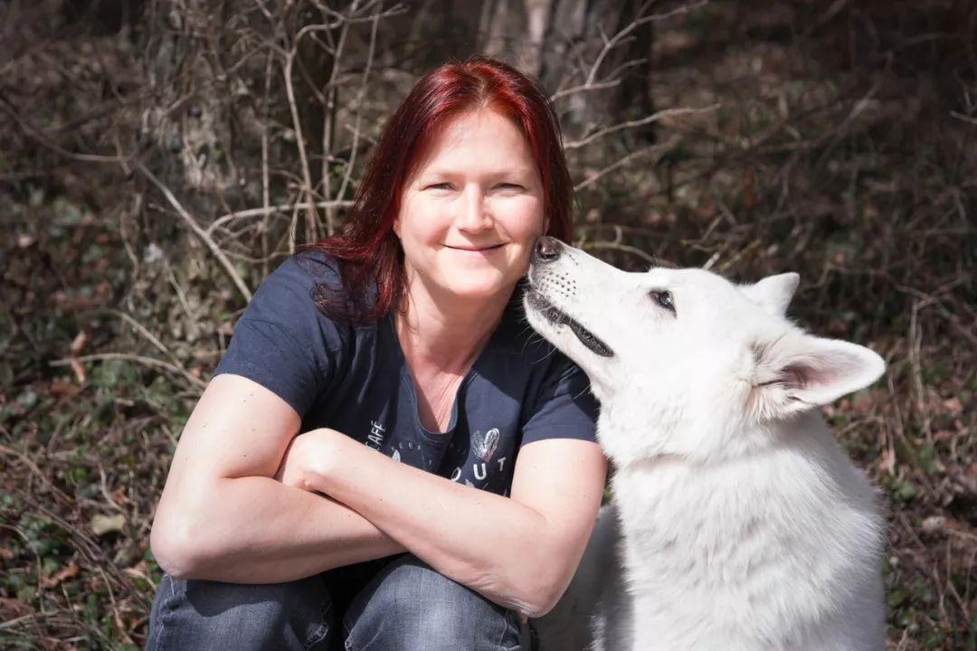 换过20多份工作,带着一只狗居无定所,她活出了许多人最向往的生活