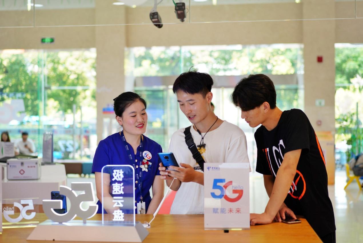 """走进中国电信,""""尝鲜""""体验5G真速度"""