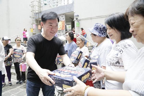 天盟娱乐携歌手海俊杰天堂鸟Bingo探访老人预祝中秋快乐