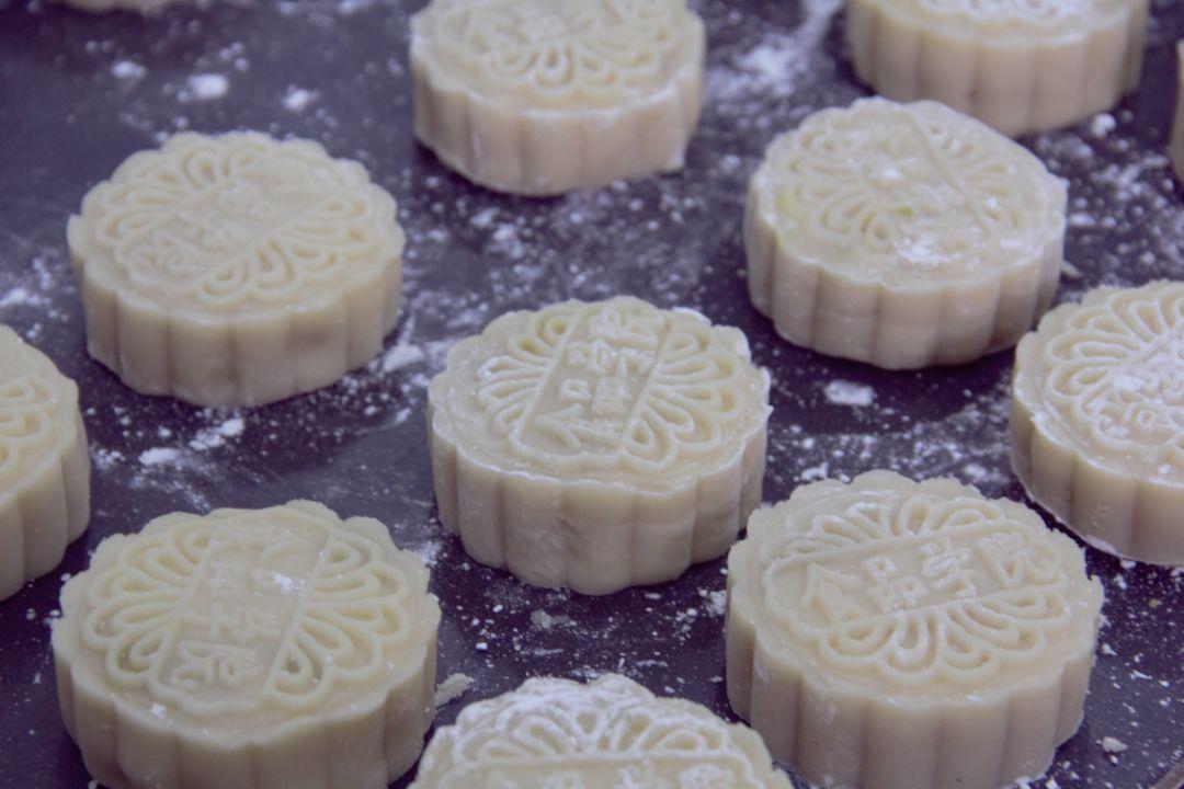 豆沙、莲蓉、紫薯…四川这个大学制作900多块月饼免费送学生,看饿了…