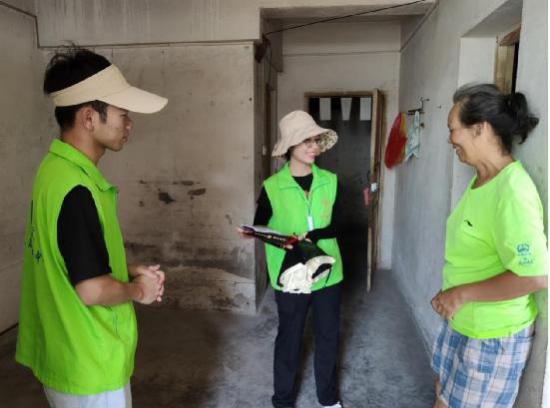 广西南宁市兴东社工站社工及志愿者们走访慰问困难家庭
