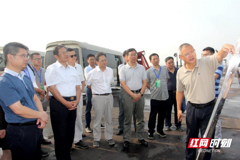 中国工程院院士胡春宏一行深入洞庭湖区考察调研