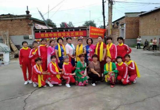 河北省安新县安新镇小张庄村快乐舞蹈队向村民们献上一道精神文化大餐