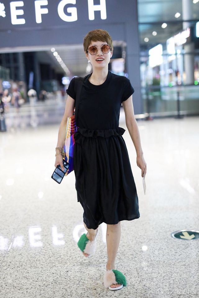 原创马伊琍中秋节忙工作,机场穿拖鞋疾行,一身黑干瘦身材穿成水桶腰