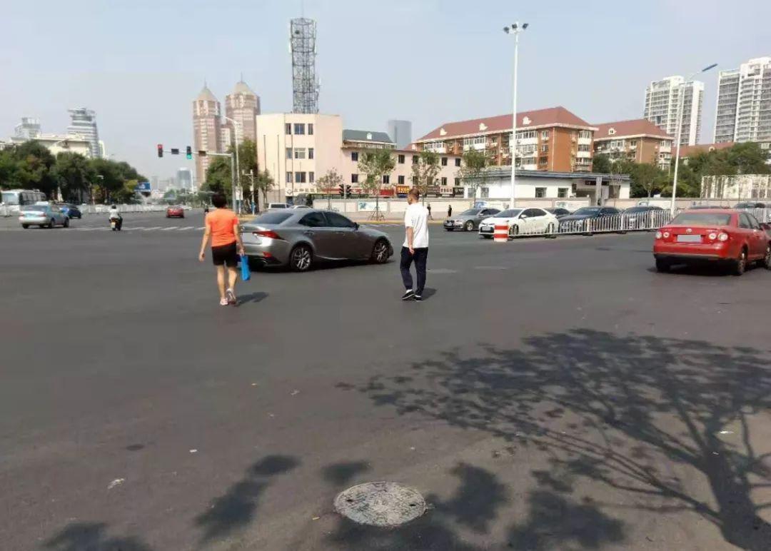 聚焦|围堤道与广东路交口部分路段,地铁完工,地面未划交通标线