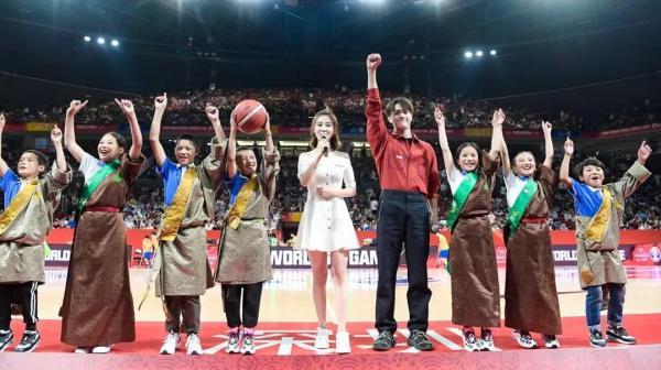 在海拔近4000米的青海高原,一座离天空最近的篮球场因爱而生