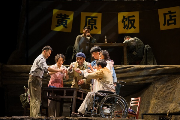 """《平凡的世界》讲述 """"不平凡""""的故事 路遥同名小说大型话剧在青岛西海岸新区上演"""