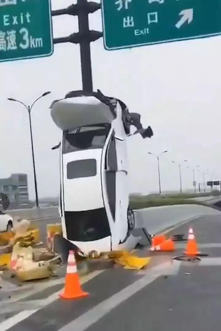 轿车爬上立柱 杭州东湖高架发生的这起事故火了的照片 - 5