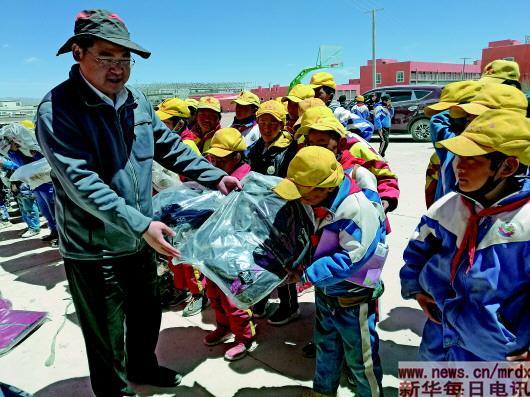 """改变藏族孩子命运的""""最美支边人"""""""