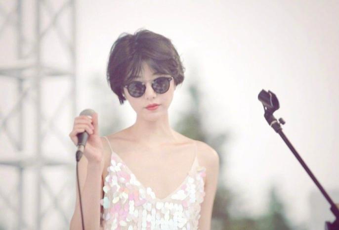 原创李亚鹏女友音乐节开唱,气场强大,网友:感觉好像王菲