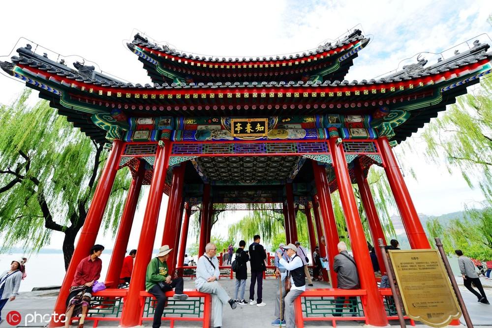 北京颐和园知春亭中秋节重新开放