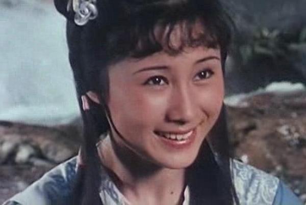 17岁凭一部电影走红,巅峰时移民国外成富婆,如今55岁仍单身