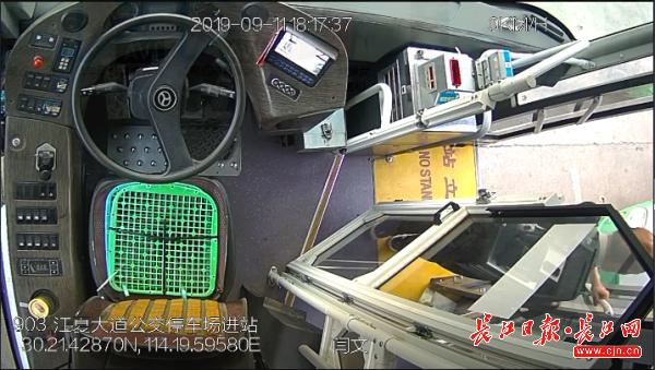 """八旬老人从青山""""跑""""到江夏,还好碰到了这位细心的公交司机丨厢见"""