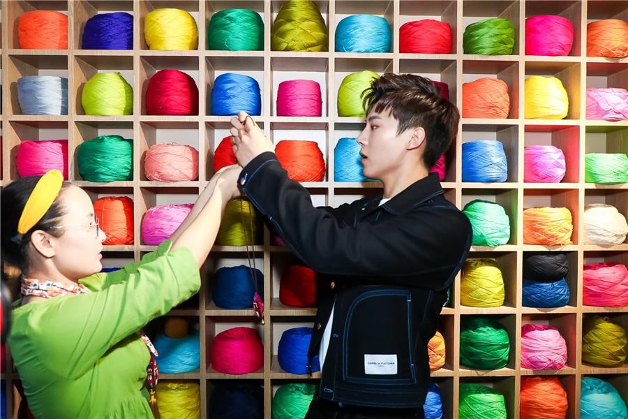 高嘉朗亮相杭州某活动 现场体验刺绣感受非遗文化
