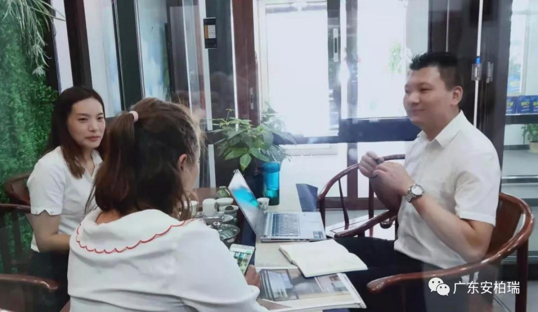营销支持部邓老师协助新商与客户交谈