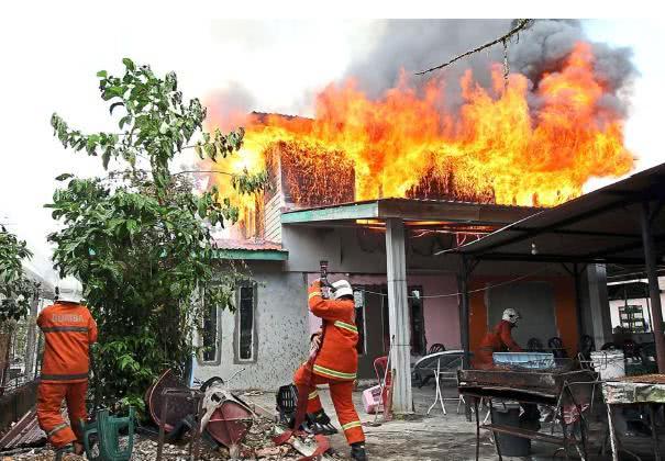 原创大马俩熊孩子3月接连烧毁12所房屋,竟只为现场观看消防员救火