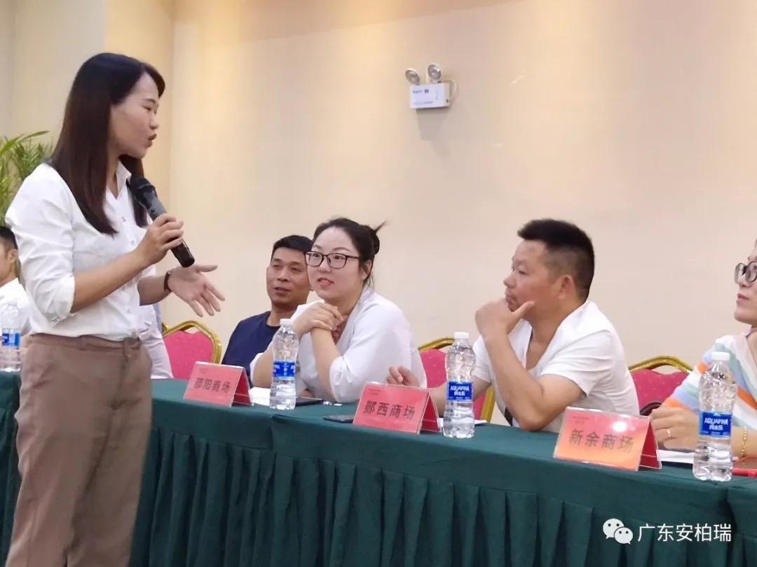 营销支持部邓老师启动会上对新商进行培训