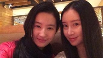 网友偶遇刘亦菲舒畅逛街神仙友情令人称羡