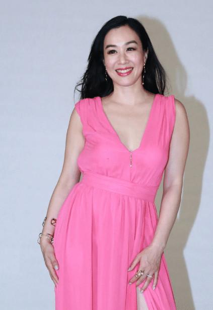 原创49岁钟丽缇现身活动,明显发福裙子快被撑破,网友:女人味十足