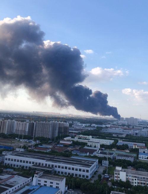 突发:百丈仓库发生一起火灾,火势较大,无人员伤亡