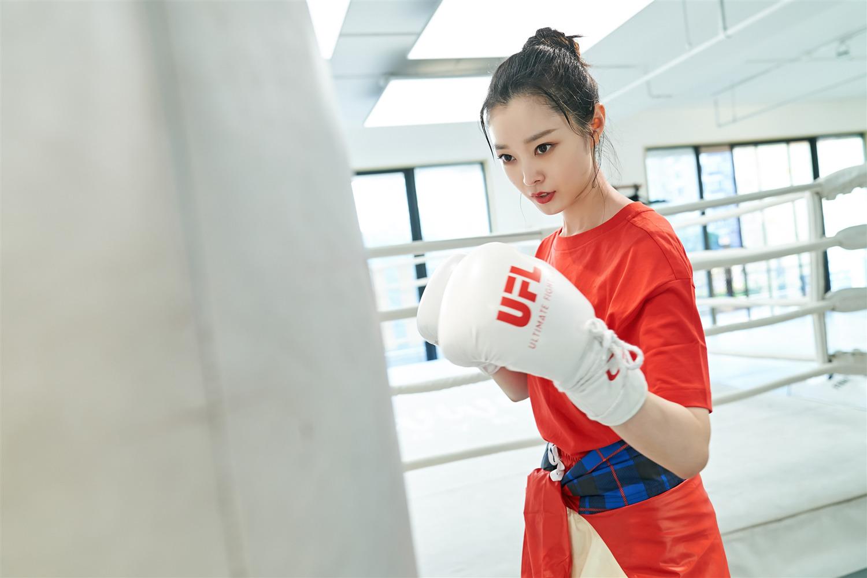 演员宋轶拳击大片曝光 清爽拳击装可甜可飒