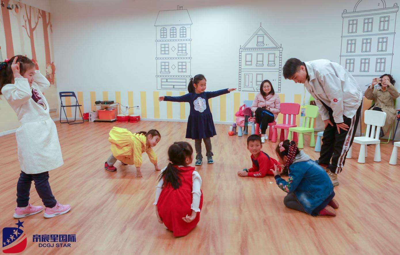 从兴趣出发解读投资少儿培训前景,帝宸星国际教育亲子戏剧营进行时