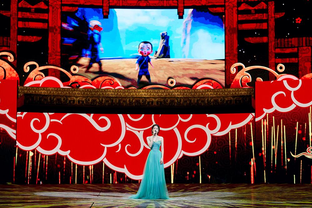 张雪迎孔雀绿纱裙亮相晚会 献唱《从前的我》致敬最好的时代