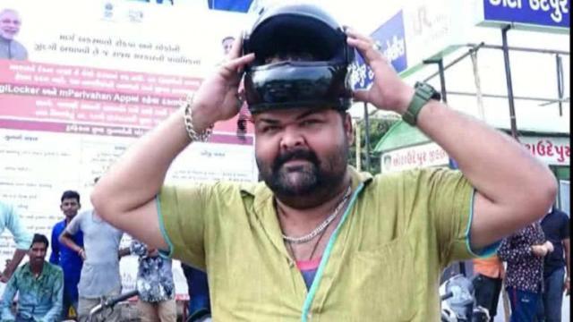 印度男子头太大买不到头盔,驾驶摩托车不戴头盔不用交罚款