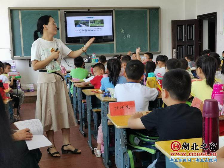 湖北省英山县温泉小学名师工作室为新进教师上岗课严把
