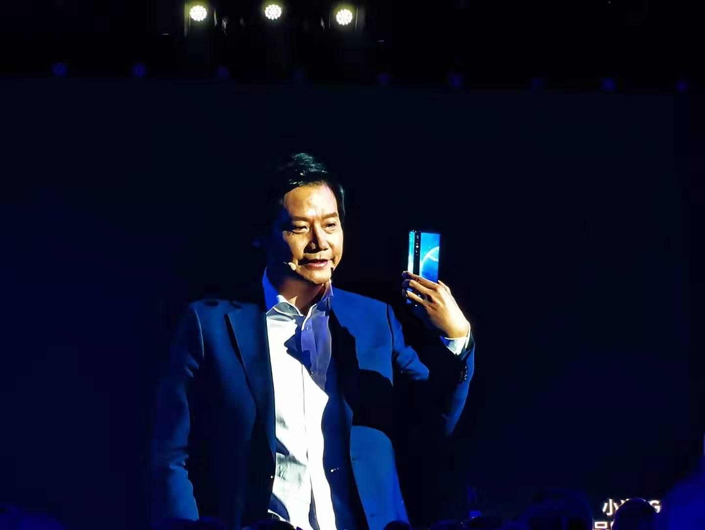 小米MIX Alpha概念手机发布:1亿像素 支持5G 摄像头以外全是屏的照片 - 4