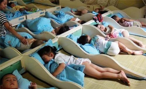 """原创群收到孩子在幼儿园午睡照,家长看后""""炮轰""""幼师,老师却不吭气"""