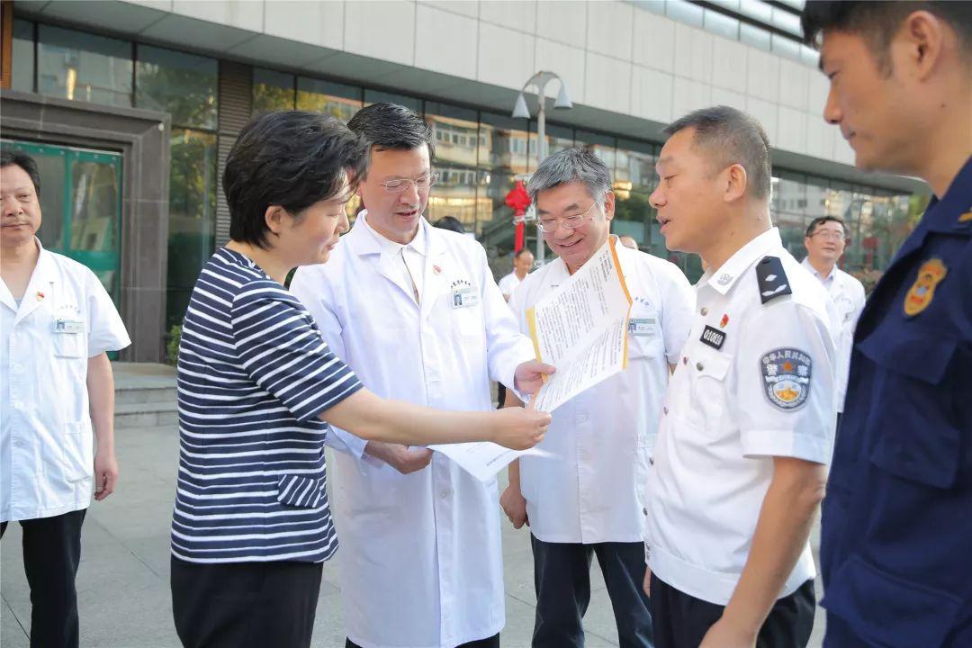 江苏省卫健委谭颖主任一行来我院进行安全生产和卫生应急工作检查指导