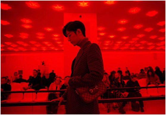 肖战首次与韩国女神同框看秀,文艺青年造型亮相气场十足,舔屏!