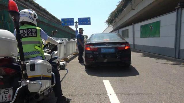 深圳机场载客黑车强行变道冲撞护栏,全因司机遇检不配合