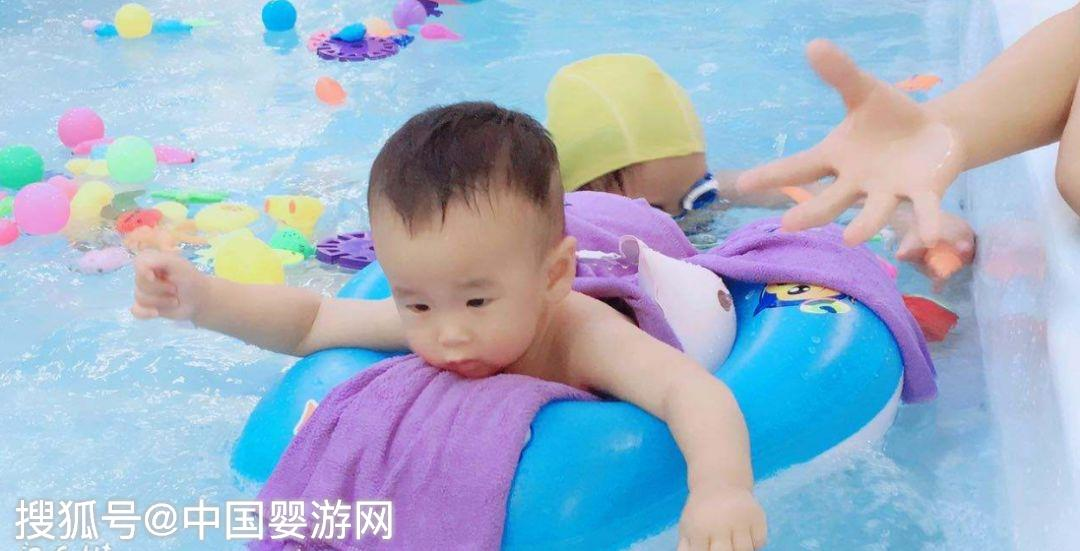 嬰兒遊泳的好處這麼多,新生兒可以遊泳嗎?來看專家怎麼說!