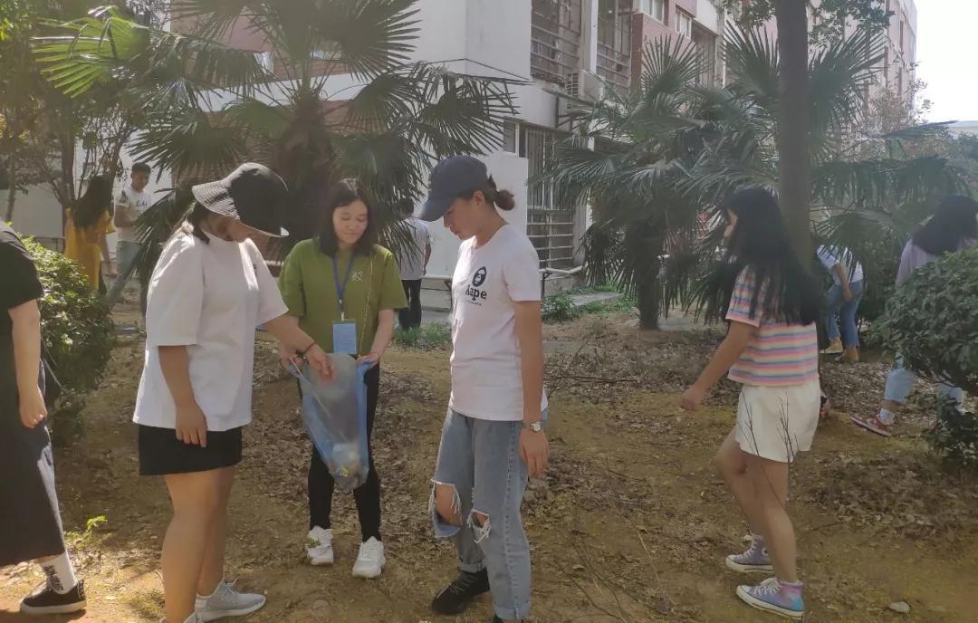 继续教育学院东区青年志愿者协会开展校园卫生清理活动