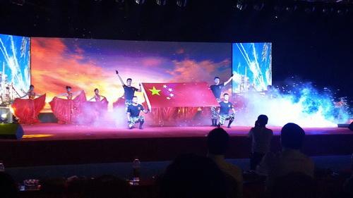 歌唱家吴景来携众爱心人士送红歌、国歌进校园