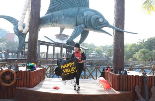 赏国际魔术、游金涛骇浪,两万游客畅游欢乐谷为祖国庆生!