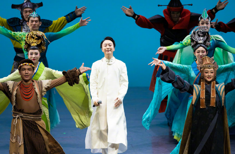 李玉刚面子大!泰国公主现身其舞台剧表演,当场赠花为其助威!